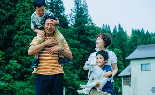 家族で笑いあっている写真